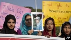 遭塔利班枪击女孩的支持者在抗议这起暴行