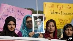 """Žene iz pakistanske verske grupe """"Minhadž-ul-Kuran"""" drže sliku Malale Josufzai tokom demonstracija u Islamabadu"""