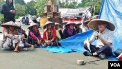 Petani Kendeng sedang mengikuti kuliah lapangan bertema: 'Krisis agraria dan keadilan lingkungan' di depan Istana Negara, Jakarta, Selasa 12/9. (Foto: VOA/Fathiyah).