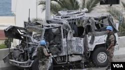Kendaraan pasukan perdamaian PBB ringsek akibat ledakan bom pinggir jalan di kota Sidon, Lebanon (27/5).