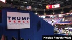 """Des participants assis à côté d'une pancarte """"Make America great again"""", le slogan du candidat républicain Donald Trump, Quicken Loans Arena, à Cleveland, Ohio, le 18 juillet 2016. (VOA/Nicolas Pinault)."""