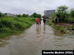 Banjir di perumahan Villa Gading Harapan, Bekasi, Jawa Barat, dengan ketinggian 20-50 cm pada Rabu, 1 Januari 2020. (Foto: Sasmito Madrim/VOA)
