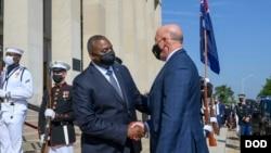 澳大利亞國防部長彼得·達頓(Peter Dutton,右)2021年9月15日抵達五角大樓時與美國防長奧斯汀握手(美國國防部)