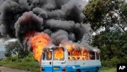 Bus likiwaka moto baada ya kuchomwa na waandamanaji Ngagara, nje kidogo ya Bujumbura