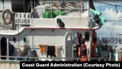 Para pengawas pantai memeriksa kapal nelayan Te Hung Hsing No 368 (27/7).