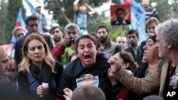 Un membre de la famille de Serdar Ben, 33 ans, une des nombreuses victimes de l'attentat d'Ankara le 15 octobre 2015.