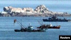 북한 해군 함정(오른쪽)이 지난 2009년 서해 북방한계선(NLL) 인근에서 조업 중인 북한 어선 주변을 지나고 있다. (자료사진)