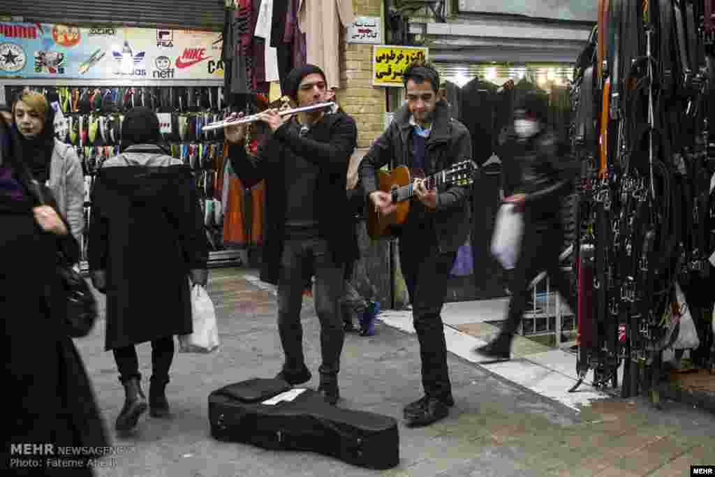 دو مرد نوازتده در بازار تهران. عکس: فاطمه عابدی