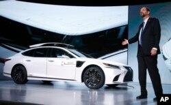 Gill Pratt, CEO del Instituto de Investigación de Toyota, revela en la feria CES 2019 de tecnología de Las Vegas el más reciente automóvil autónomos de prueba de la empresa llamado P4, basado en la nueva generación de Lexus, el sedán híbrido de lujo LS500h, que tiene cámaras montadas en el techo.
