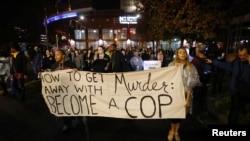 抗议者们在北卡罗来纳州的夏洛特对不起诉今年9月开枪打死一名黑人的警官事件进行抗议(2016年11月30日)