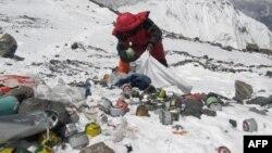 دنیا کی سب سے اونچی چوٹی کے راستے پر کوہ پیماؤں کا پھینکا ہوا کچرا صاف کرنے کی مہم۔