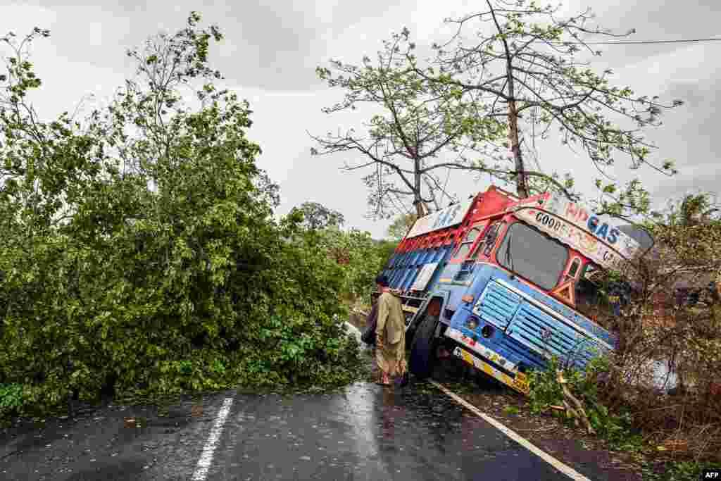 ممبئی میں طوفان کے باعث کچھ جگہوں پر تیزہواؤں سے درخت اکھڑ گئے جس سے ٹریفک کی روانی متاثر ہوئی۔