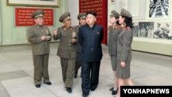 8일 평양에 있는 조국해방전쟁승리기념관을 돌아보는 김정은 국방위원회 제1위원장.