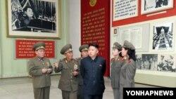 کیم جونگ اون رهبر کره شمالی در جمع مقامات ارشد نظامی - عکس از آرشیو