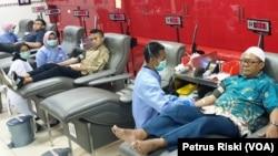 Sejumlah warga yang datang ke PMI Kota Surabaya untuk mendonorkan darahnya. (Foto: VOA/ Petrus Riski).