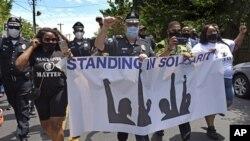 جو وایسوکی، رئیس اداره پلیس منطقه «کمدن»، روز شنبه با اونیفرم پلیس و ماسکی بر صورت، در صف نخست تظاهرکنندگان حضور داشت.