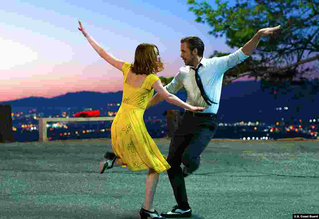 艾玛·斯通和瑞恩·高斯林(Ryan Gosling)主演的《爱乐之城》的剧照。美国权威性财经杂志福布斯指出,艾玛·斯通的大部分有关收入来自这个浪漫音乐剧,《爱乐之城》的全球票房是4亿4530万美元。《爱乐之城》赢得六个奖项,还包括最佳制片设计,原创音乐和原创歌曲奖。导演达米恩·查泽雷获得最佳导演奖。