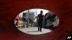 Cảnh sát Philippines tuần tra một ngôi làng bị phong tỏa theo những biện pháp khắc khe của chính phủ để ngăn ngừa virus corona lây lan tại thủ đô Manila.