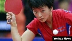 북한 여자 탁구 대표팀의 리명순 선수가 29일 수원체육관에서 열린 인천 아시안게임 여자 탁구 단체 4강전 중국과의 경기에서 두번째 상대인 리우쉬엔을 만나 수비를 하고 있다.