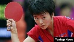 지난해 9월 한국에서 열린 인천 아시안게임 여자 탁구 단체 4강전에서 북한 여자 탁구 대표팀의 리명순 선수가 중국의 리우쉬엔을 만나 수비하고 있다. (자료사진)