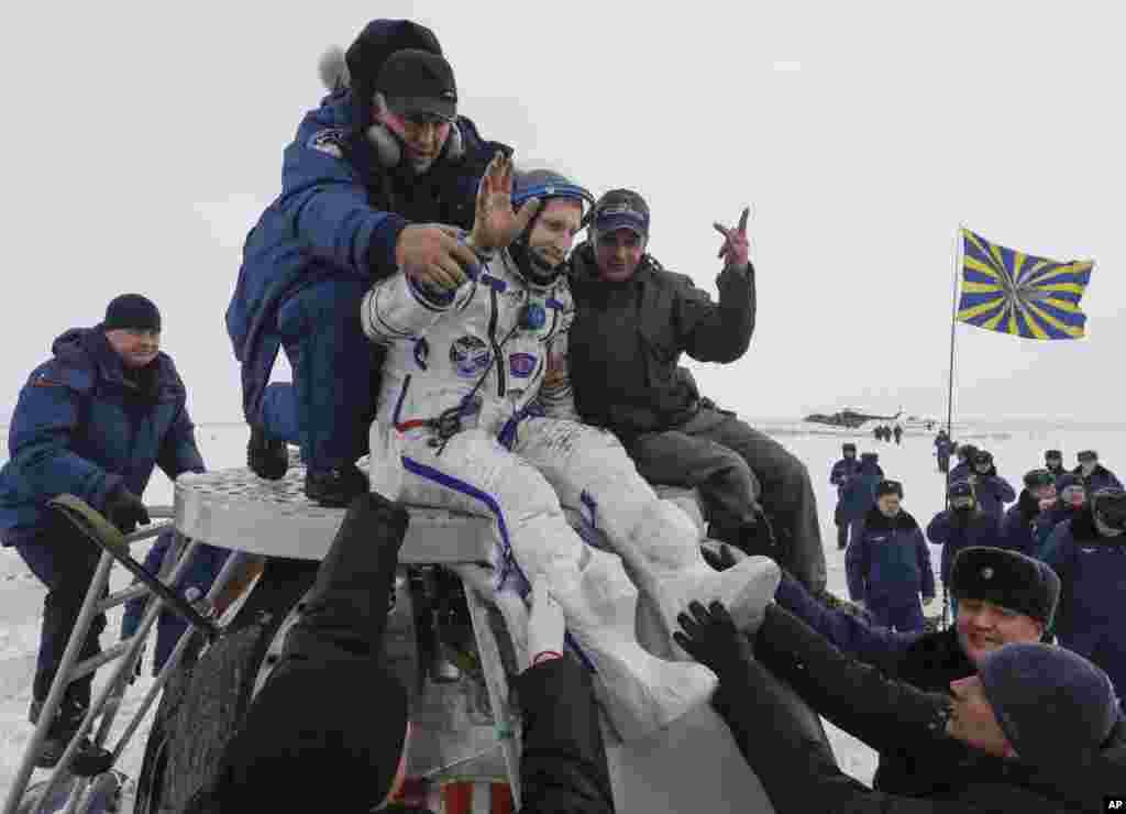 سرگئی پروکوپیف و دیگر اعضای سفینه فضایی سایوز ام اس۹ بعد از بازگشت به زمین توسط اعضای گروه نجات از سفینه که در قزاقستان فرود آمد، خارج می شوند.