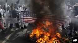 Một cuộc biểu tình phản đối một cuốn phim bị coi là báng bổ đạo Hồi bên ngoài đại sứ quán Mỹ ở Jakarta năm 2012.