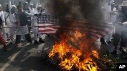 遊行示威者9月17日在印尼美國使館前焚燒美國國旗