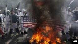 Người Hồi giáo Indonesia ném gạch đá và bom xăng cũng như đốt lốp xe bên ngoài đại sứ quán Hoa Kỳ ở Jakarta