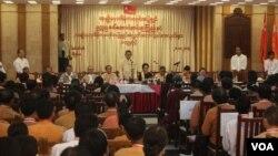 Lãnh tụ dân chủ Myanmar, Aung San Suu Kyi, họp với một số đảng viên của Liên minh Dân chủ Toàn quốc hôm 28/11/2015.