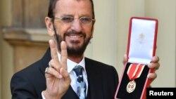 Ringo Starr, cuyo verdadero nombre es Richard Starkey, posa tras haber sido investido Caballero durante una ceremonia en el Palacio Buckingham. Londres, marzo 20 2018.
