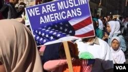 "Warga muslim Amerika memadati kawasan Manhattan dalam acara tahunan ""Muslim Day Parade"" di kota New York pada hari Minggu (25/9)."