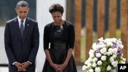 El presidente Barack Obama y la primera dama, Michelle Obama, guardan silencio durante una conmemoración de los atentados.