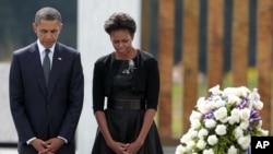 Tổng thống Barack Obama và đệ nhất phu nhân Michelle Obama mặc niệm tại lễ đặt vòng hoa ở Ðài Tưởng niệm Chuyến bay 93 ở Shanksville, Pennsylvania Pensylnơi (ảnh tư liệu ngày 11/9/2011)