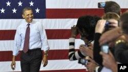 El presidente Barack Obama es recibido por una multitud entusiasta en la planta de automóviles Daimler, en Redford, Michigan, donde llevó su mensaje económico.