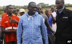 ຜູ້ນຳພັກຝ່າຍຄ້ານຂອງປະເທດ Uganda ທ່ານ Kizza Besigye, ພົບ ປະກັບຜູ້ສະໜັບສະໜູນຂອງທ່ານ ຫຼັງຈາກທ່ານໄດ້ໄປປ່ອນບັດທີ່ສູນ ເລືອກຕັ້ງໃນເມືອງ Rukungiri, ປະມານ 700 ກິໂລແມັດທາງພາກ ຕາເວັນຕົກຂອງນະຄອນຫຼວງ Kampala. 18 ກຸມພາ 2016.