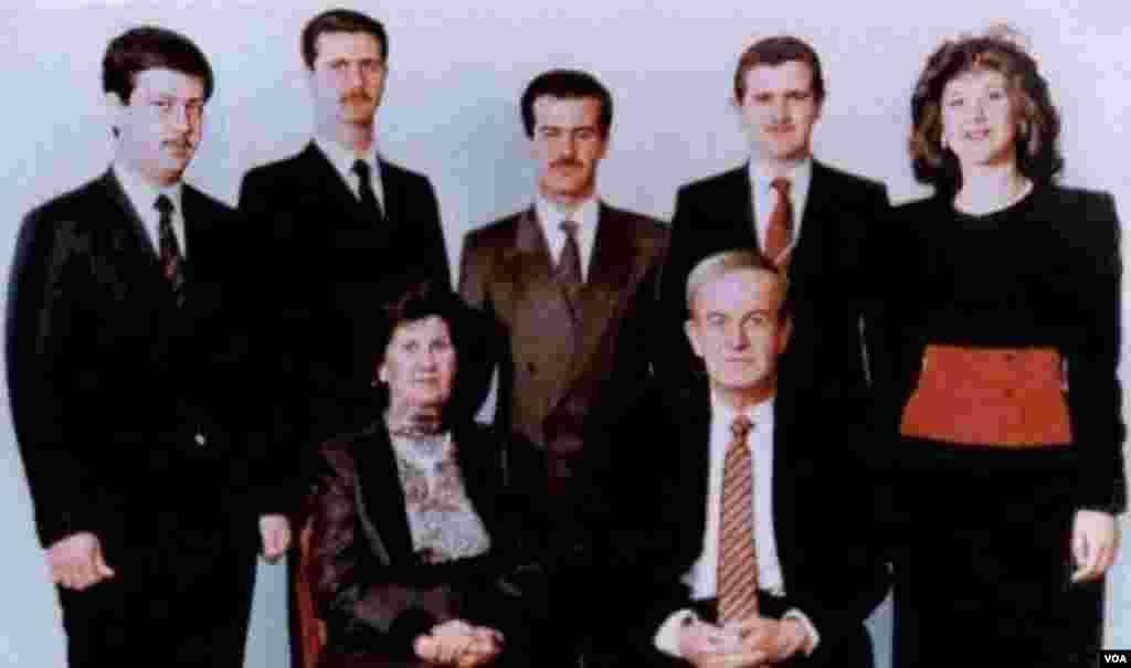Suriyanın keçmiş prezidenti Hafiz Əsədin ailəsilə birlikdə çəkdirdiyi foto.