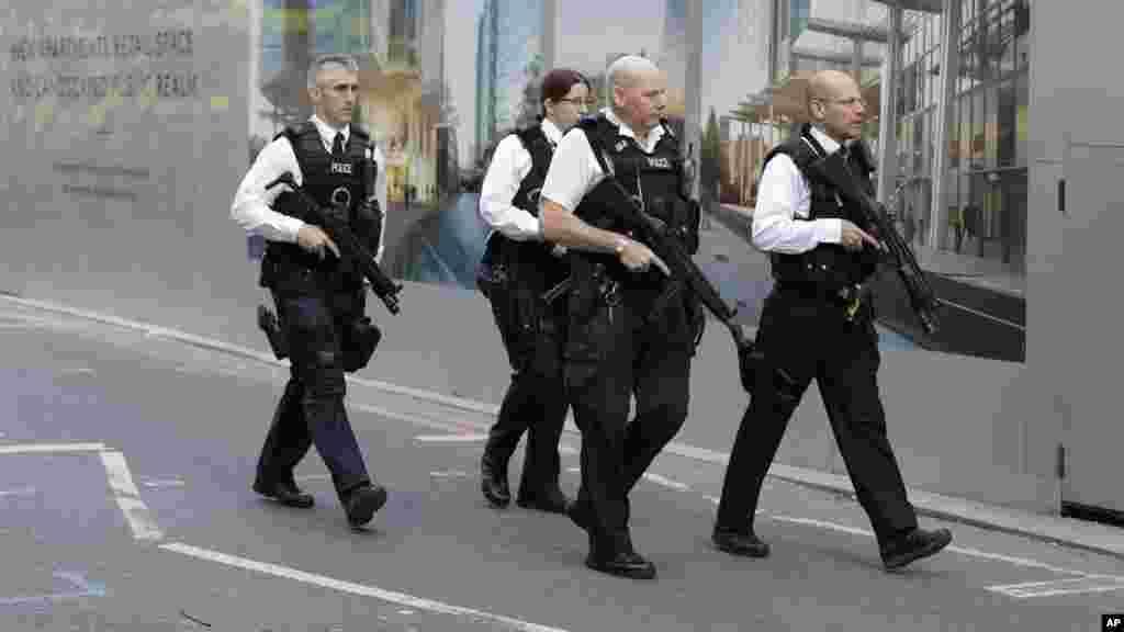 Un groupe d'officiers de police britanniques armés patrouille à Londres, le 4 juin 2017.