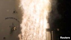 """美国海军""""伊利湖""""号导弹巡洋舰发射的一枚一批次A款标准-3导弹。(2013年2月13日)"""