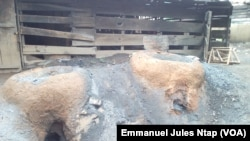 Un pot en terre cuite pour faire fondre l'aluminium à Yaoundé, le 16 novembre 2017. (VOA/Emmanuel Jules Ntap)