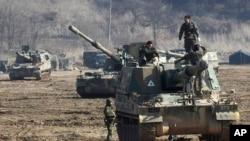 韓國陸軍士兵星期一在美韓年度軍演中﹐在韓國靠近南北韓邊界村板門店附近操練K-9自動推進火砲車
