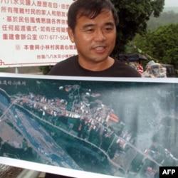 小林村灾民翁瑞琪展示风灾前的小林村