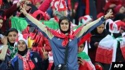 Para penggemar Klub Persepolis Iran menyemangati tim mereka dalam babak kedua laga final Liga Champions AFC antara Persepolis dan Kashima Antlers dari Jepang di Stadion Azadi, di Teheran, Iran, 10 November 2018. (Foto: AFP).