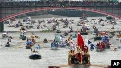 Perahu Gloriana memimpin arak-arakan ratusan perahu di sungai Thames, London dalam rangka memperingati 60 tahun tahta Ratu Elizabeth II (3/6).