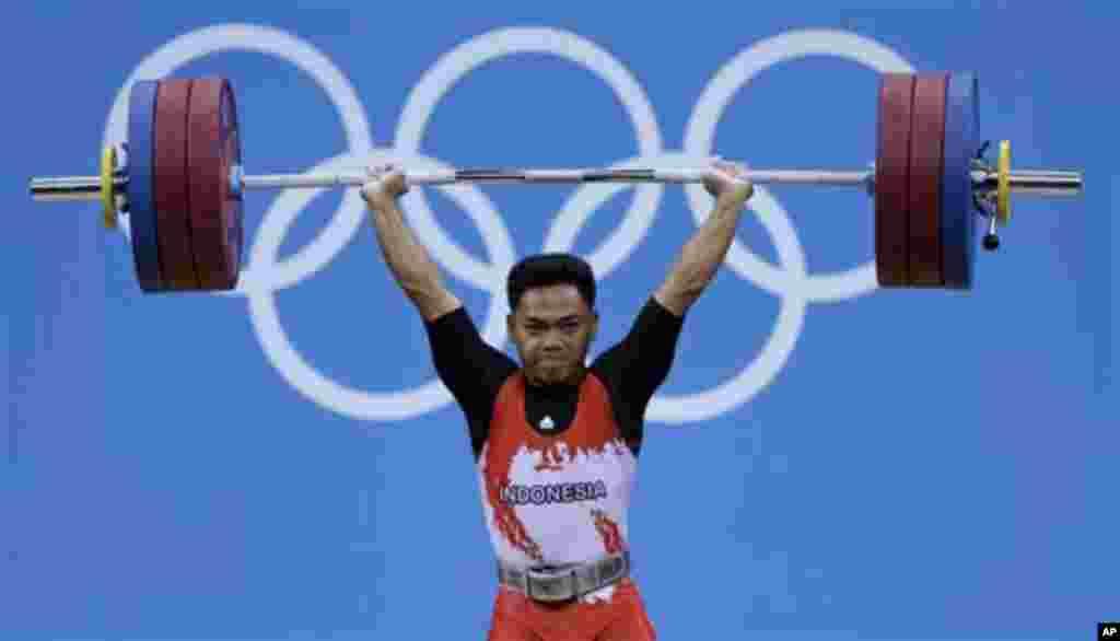 Atlet angkat besi Indonesia, Eko Yuli Irawan, saat melakukan angkatan untuk nomor 62 kilogram putera di Olimpiade London hari Senin (30/7).