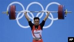 Eko Yuli Irawan saat melakukan angkat besi nomor 62 kilogram putera di Olimpiade London (30/7).