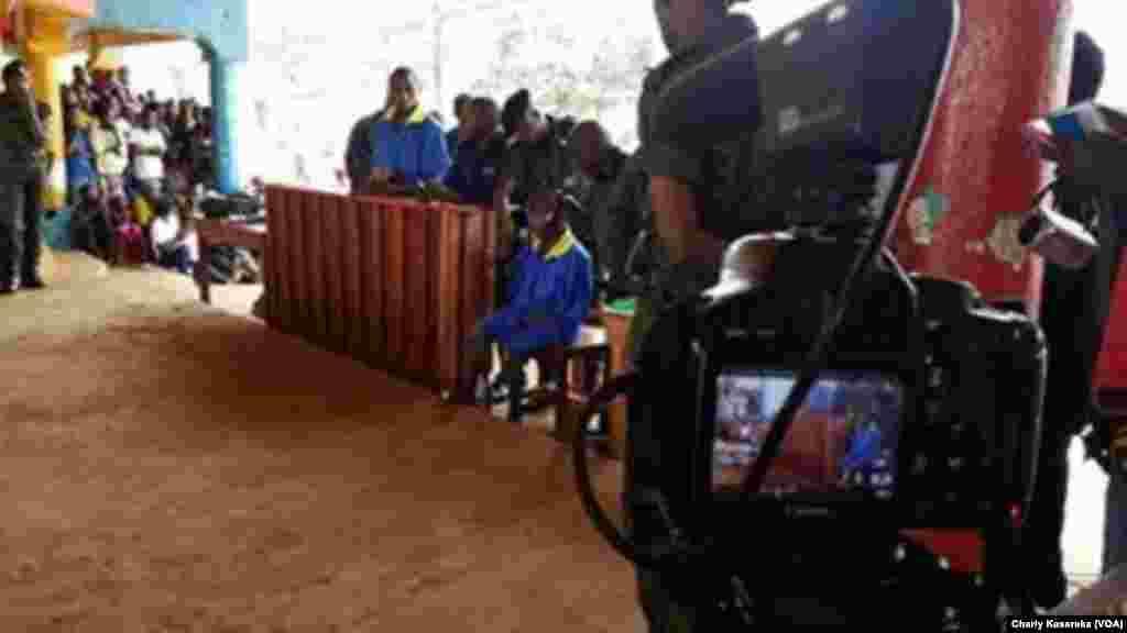 Une caméra enregistre les témoignages, lors du procès des rebelles présumés ADF, à Beni, RDC, le 24 août 2016. (VOA/Charly Kasereka)