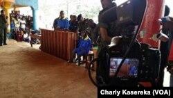 Une caméra enregistre les témoignages, lors du procès de présumés rebelles ADF, à Beni, RDC, le 24 août 2016. (VOA/Charly Kasereka)