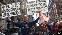 Manifestantes en la 5a. Avenida de Nueva York protestan contra la elección de Donald Trump. El presidente electo ha pedido detener los actos de violencia contra las minorías.