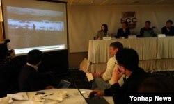 북한 주민들의 탈북과 남한 정착을 지원하는 갈렙선교회의 김성은 목사가 촬영한 북한 영상을 지난 2013년 2월 공개했다. 사진 속 영상은 2013년 겨울 기름, 성경책 등을 전달받은 북한 주민 2명이 북-중 국경을 건너가는 모습.