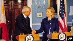 ລັດຖະມົນຕີກະຊວງການຕ່າງປະເທດສະຫະລັດທ່ານນາງ Hillary Clinton ຈັບມືກັບລັດຖະມົນຕີການຕ່າງປະ ເທດຟີລິບປິນທ່ານ Albert del Rosario ທີ່ກະຊວງການຕ່າງປະເທດສະຫະລັດ ໃນກຸງວໍຊິງຕັນ (23 ມີຖຸນາ 2011)